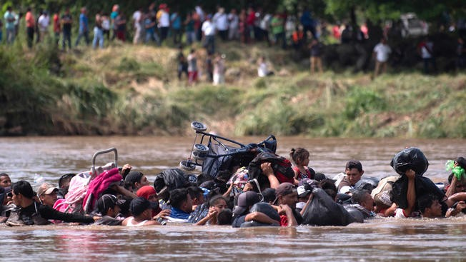Group of migrants crossing the the Suchiate River / AP, Santiago Billy